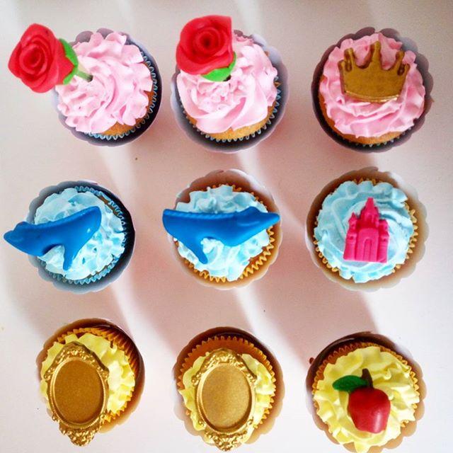 👸👠🍎🌹Vocês conseguem me dizer quais princesas esses cupcakes representam_  Uma dica_ São 3 prince