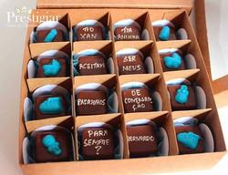 Caixa de bombons recheados com mensagem personalizada para padrinhos de batizado e consagração