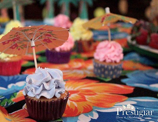 🍓🍇🍉🍒🍍🌺🌼🌸🍹🍰 Aloha! Para comemorar mais um ano de vida a Larissa preparou uma festa em um cl