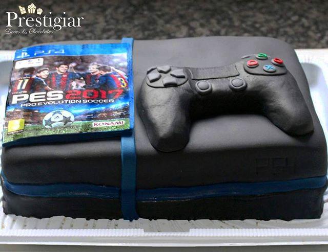 ⚽🎮🎮 A nossa cliente pediu um bolo em forma de PS4 para presentear o seu marido com o seu jogo favo