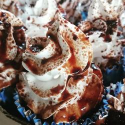 Cupcake de ganache de chocolate com cobertura de creme de baunilha com #ovomaltine #Prestigiar #cupc