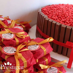 Alfajors personalizados e bolo de KitKat ideal para noivados, chá de bebê,  chá de panela e outras f