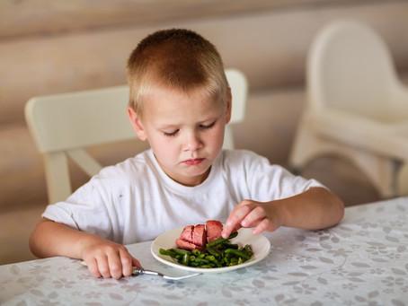 Mon enfant trie les aliments, les examine, recrache… Il est difficile! Non, peut-être néophobe!