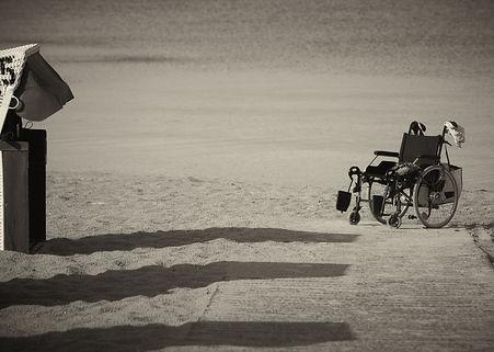 Chaise roulante vide plage.jpg