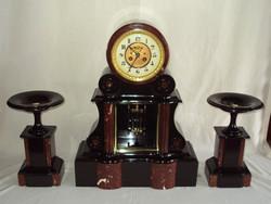 Zegar kominkowy z parą kadzielnic.