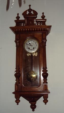 Zegar ścienny w orzechowej skrzyni.