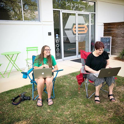 Members Anna & Holly can't be contained! 😎#craftyladies #coworking #getoutdoors #workoutside #mobil