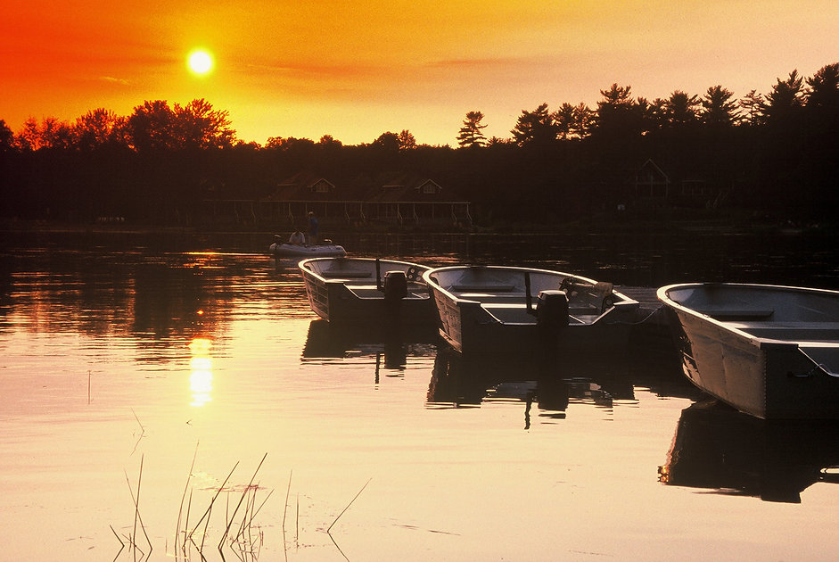fishing-muskoka-resorts-boats-sunset.jpg