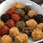 Red lentil balls rolled with herbs - vegan. Photo by @ecemese.