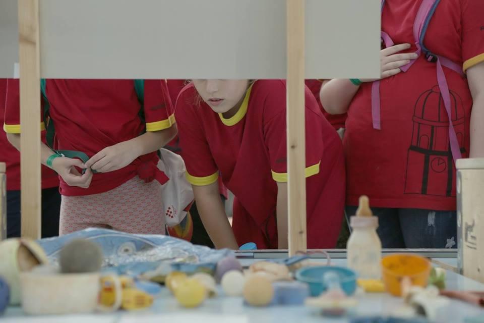 Izviđači razgledavaju izložbu u Francuskom paviljonu