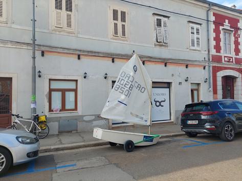 Što radi jedrilica parkirana u porečkoj Zagrebačkoj ulici?