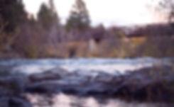 Bro over en floden