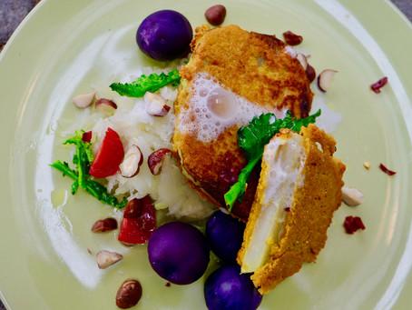 Kolrabi Schnitzelen mat Sesam-Kolrawen-Zalot (vegan)