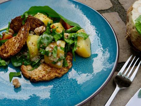 Grompere-Spinatzalot mat Bärlauch um gebakene Knollenzelleri (vegan)