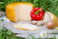 Ievas siers ritulī ar ķiploku, paprikas, gurķu (6 €)