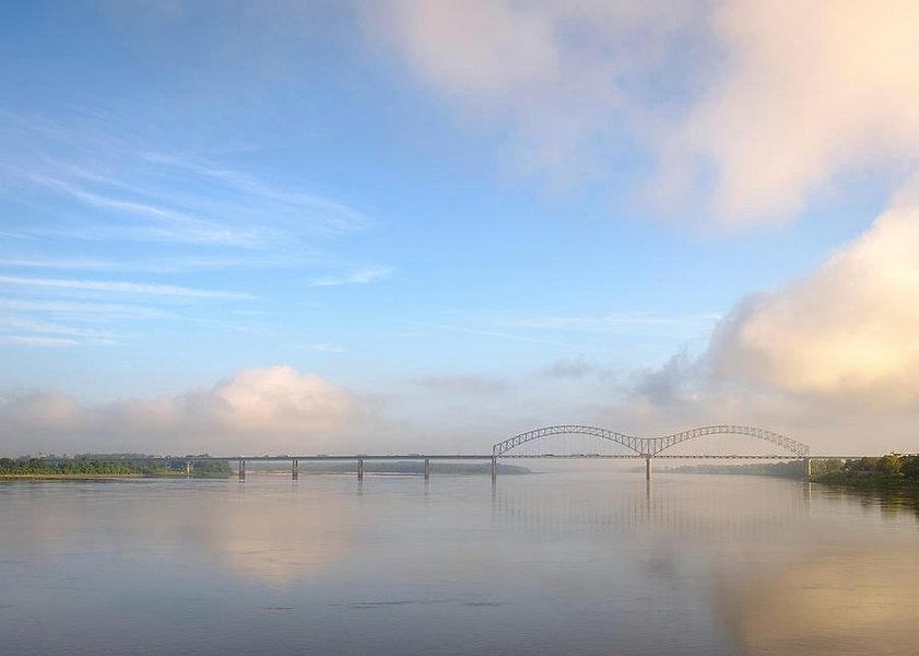 i-40-bridge-over-the-mississippi-river-n