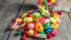 bunte-bonbons-liegen-auf-einem-tisch-.jp