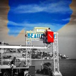 #nice06 #promenadedesanglais #cotedazur #bleu _Avec une peinture à l'eau de mer, un peintre en être,