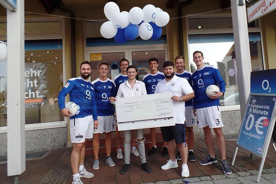 Der O2-Shop Bobingen sponsort die Faustballer des TVA