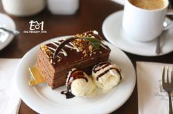 עוגת שוקולד עם קפה ברקע+ לוגו (Medium)
