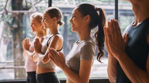Yoga e Generazione Z: come ripensare agli spazi, ai corpi e alle relazioni degli adolescenti oggi