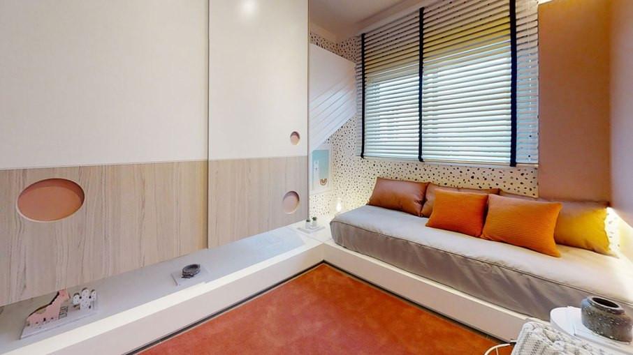 Papel de parede compõe o ambiente, com persiana, a pintura e se complementa com as almofadas e o tapete.