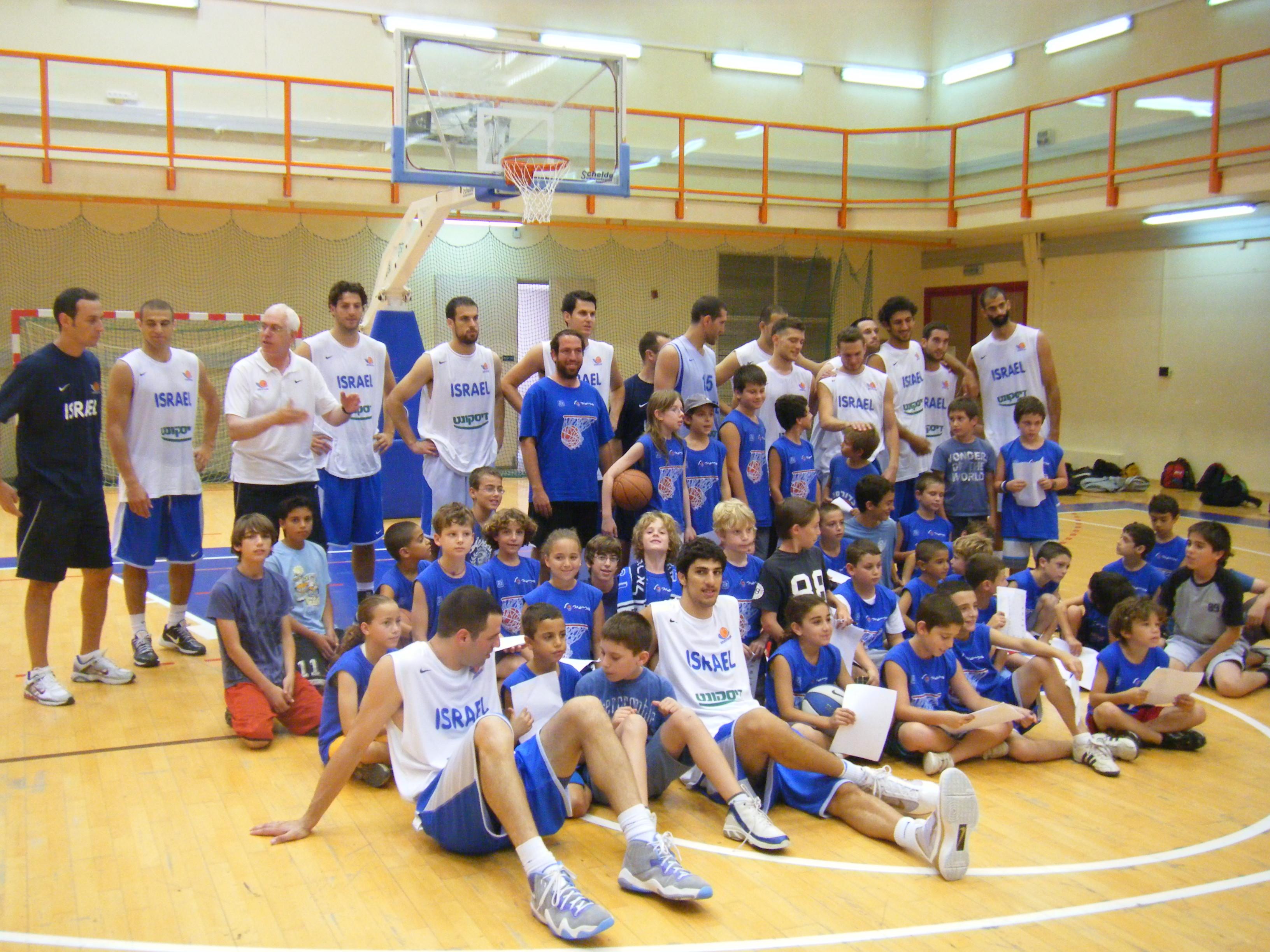 תמונה קבוצתית עם נבחרת ישראל