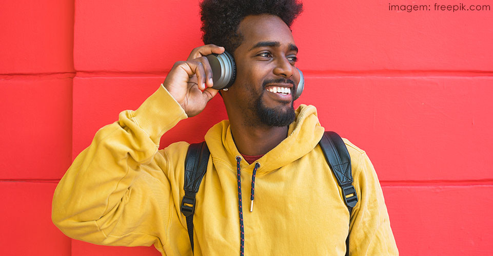 Homem com fones de ouvindo escutando música para aliviar pensamentos angustiantes