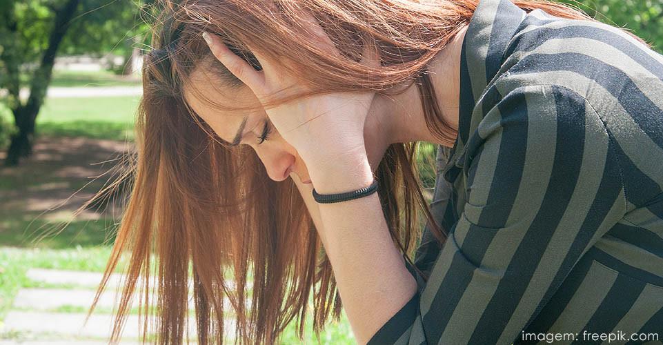 Adolescente sofre pressão psicológica que pode levar ao comportamento suicida