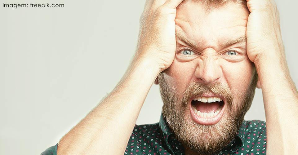 Homem de olhos claros com barba tendo ataque de raiva