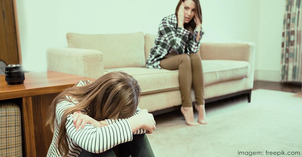 Mãe preocupada com comportamento suicida da filha