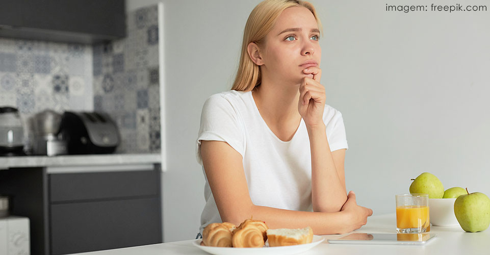Mulher refletindo sobre suas ações
