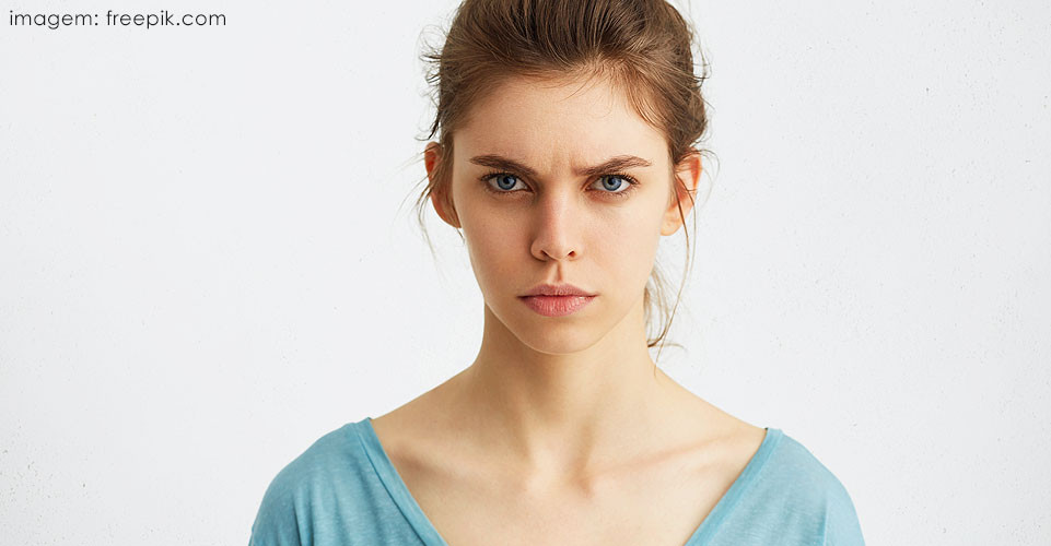 Mulher jovem de olhos claros com raiva