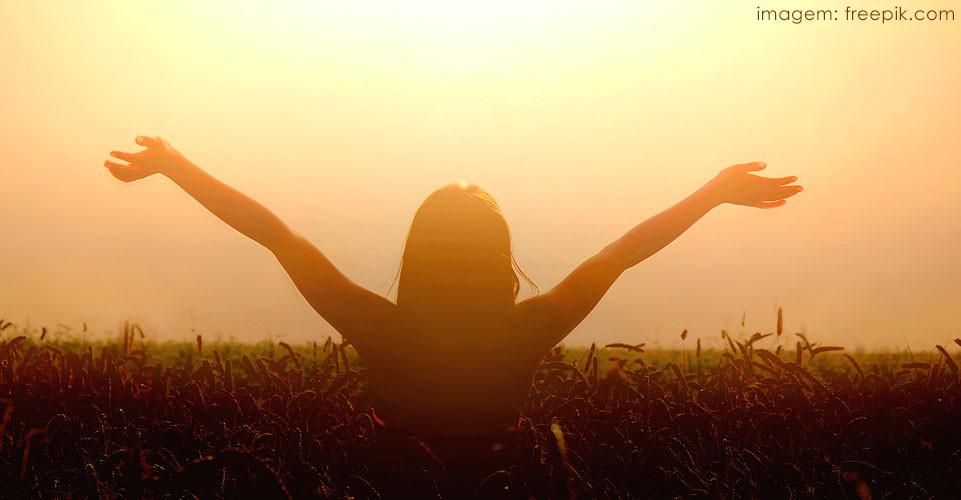 Mulher se banhando da luz do sol