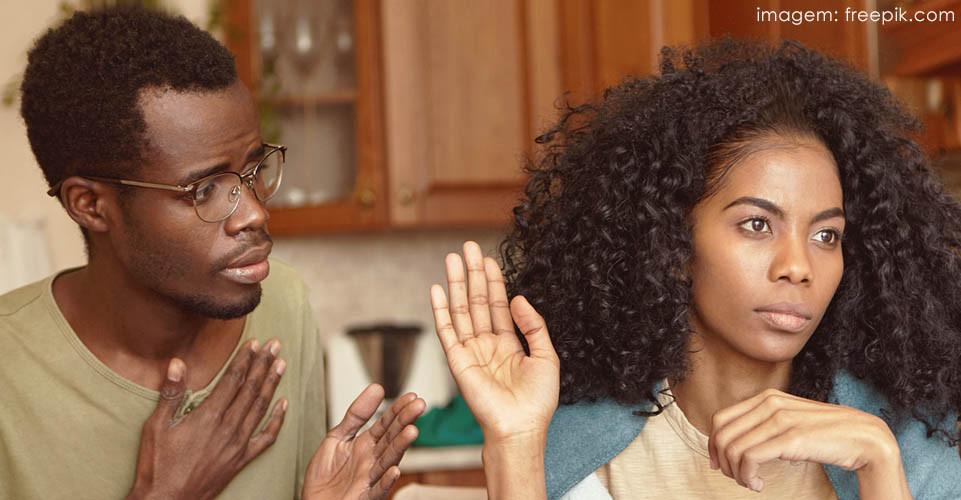 Homem e mulher discutindo seu relacionamento