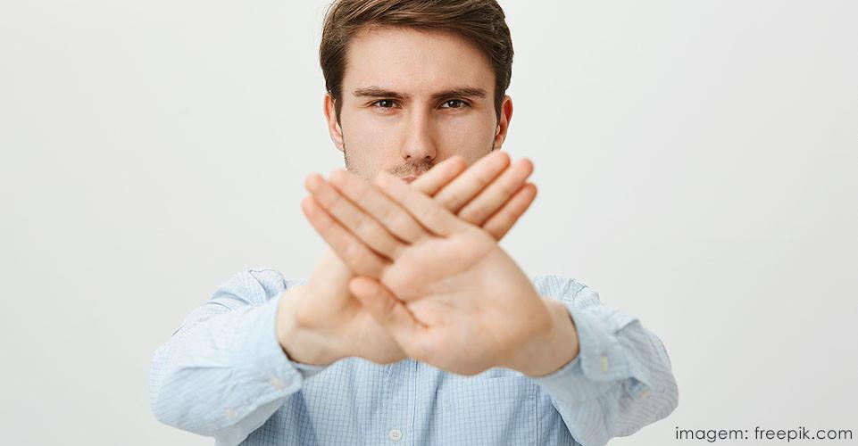 Homem dizendo não à violência