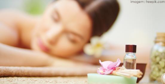 Mulher em spa recebendo tratamento com aromaterapia