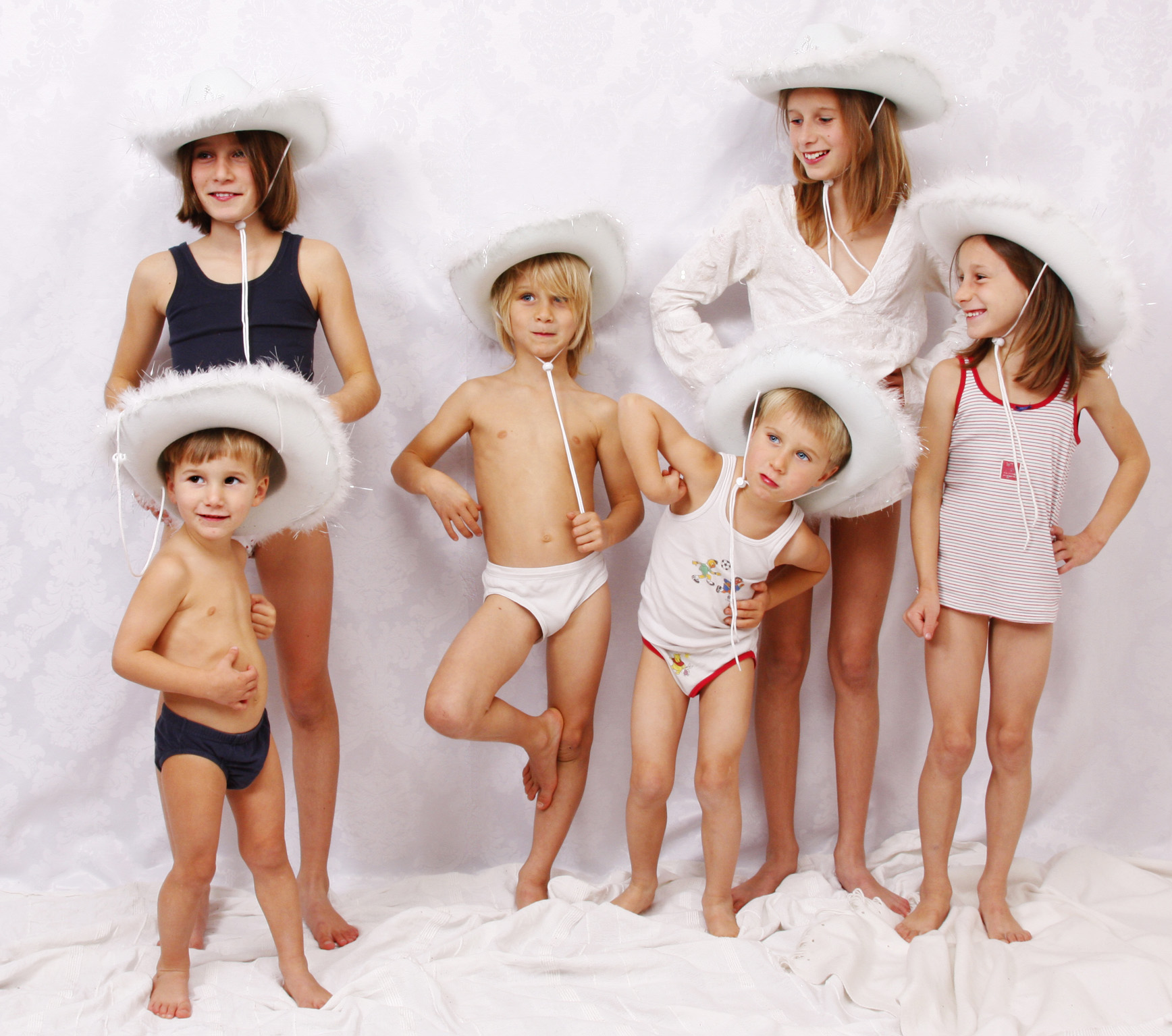 Kinderfotos Cowboyhut vor Leinwand