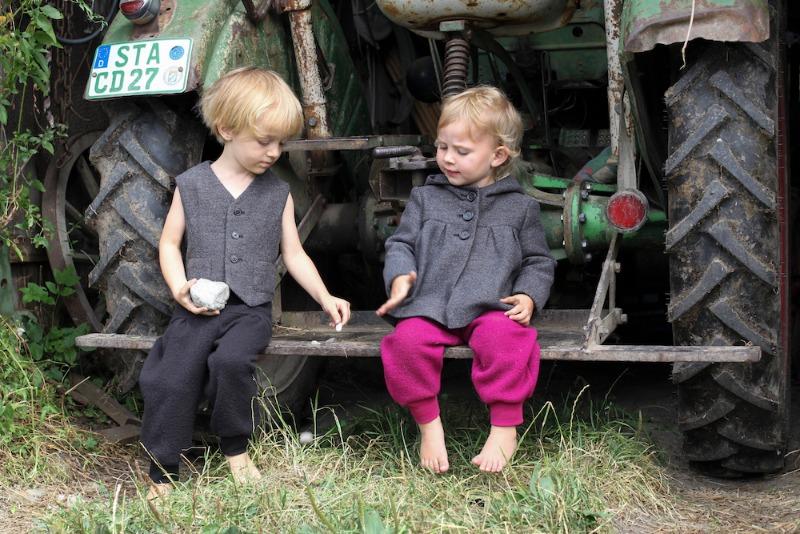 Foto mit zwei Kinder auf Traktor