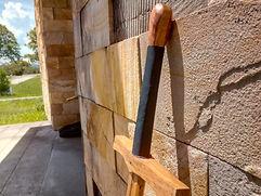 Par de espadas feito para uma escola gaúcha de esgrima histórica. Possuem pomos arredondados e cabos revestidos por fio de lã e couro para uma pega mais confortável.