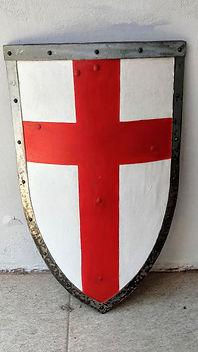 Escudo inspirado nos escudos templários da série Knightfall. Foi feito com 2 camadas de compensado de 4mm e possui a borda coberta por aço galvanizado rebitado.