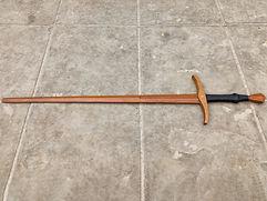 Espada feita para a prática de HEMA e da esgrima histórica. Possui lâmina de 20mm com perfil diamantado. Seu cabo foi revestido por fio de lã e couro bovino para ter uma pega mais confortável.