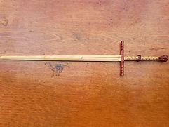 Espada feita com pau-marfim (lâmina e cabo), Jatobá (pomo e guarda) e Roxinho (anel no cabo). Foi feita para ser uma espada bonita e bem decorada. O pau-marfim, apesar de ser uma madeira muito nobre, ainda não foi testada, por nós, para treinos. É uma madeira mais leve que o Ipê e mais macia.