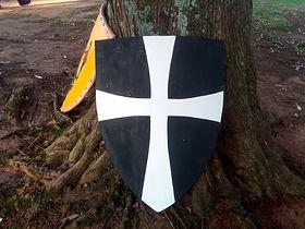 Escudo feito para um recorte de Cavaleiro Teutônico.  Foi feito com duas placas de compensado e não possui couro na borda.