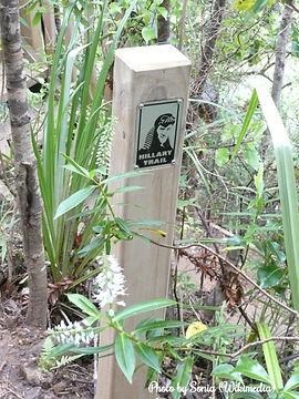 Hillary Trail Marker by Sonia - Wikimedia