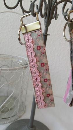 Geblümt mit rosa Spitze