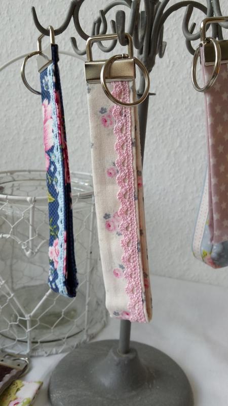 Weiss mit Rosablumen und rosa Spitze