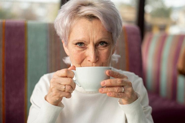 senior-femme-buvant-du-cafe_23-214834340