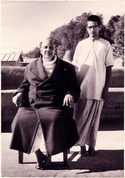 Swami with Shivananda600.jpg