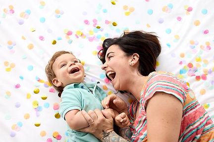 seance-photo-maman-enfant-confetti.jpg